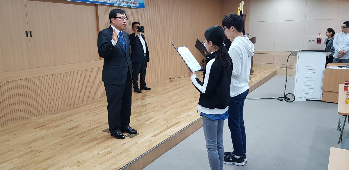 7) 제 2기 청소년 명예 촉진단 대표자 2인 선서.jpg
